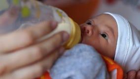 Petit lait boisson de bébé banque de vidéos