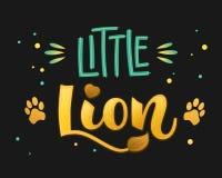 Petit lion - le manuscrit de calligraphie d'aspiration de main de couleur de famille de lions marquant avec des lettres le whith  illustration libre de droits