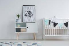 Petit lit et tapis monochromatique photographie stock