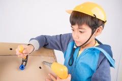 Petit mécanicien fixant la maison de papier Image libre de droits