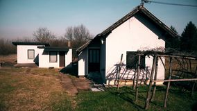 Petit ménage rural abandonné banque de vidéos