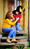 Petit magicien et sa jeune mère Images libres de droits