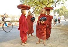 Petit moine dans Bagun, Myanmar photographie stock libre de droits