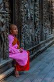 Petit moine dans le monastère de Shwenandaw photographie stock libre de droits
