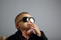 Petit monsieur avec des lunettes de soleil photos stock