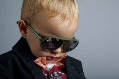 Petit monsieur avec des lunettes de soleil photo libre de droits