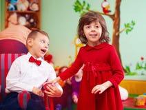 Petit monsieur mignon dans le fauteuil roulant et la dame au centre de réhabilitation pour des enfants avec les besoins spéciaux Image stock