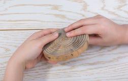 Petit morceau de main en bois coup?e d'identifiez-vous photographie stock