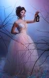 Petit morceau de marche rêveur de mariée une lanterne dedans Photos stock