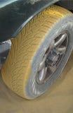 Petit morceau de pneu à sable jaune et poussière Photo libre de droits