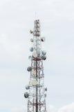 Petit morceau de tour de télécommunication nuageux photo stock