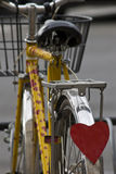 Petit morceau jaune de vélo beaucoup de formes de coeur Photos stock