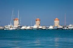 Petit morceau Vati de Papagiorg de moulin à vent dans le port de Rhodes photographie stock