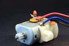 Petit moteur électrique avec trois fils se connectants photographie stock
