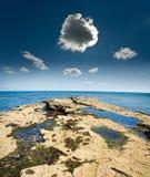 Petit nuage orageux au rivage photo libre de droits