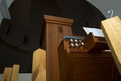Petit organe dans l'église image libre de droits