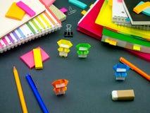 Petit origami Ninjas aidant votre travail quand vous dormez à Photographie stock libre de droits