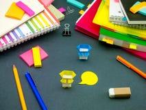 Petit origami Ninjas aidant votre travail sur votre bureau quand vous l'AR Photos stock