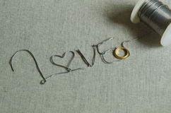 Petit pain électrique de fil avec l'anneau d'or Photographie stock libre de droits