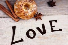 Petit pain, amour de mot, cannelle et anis Images stock