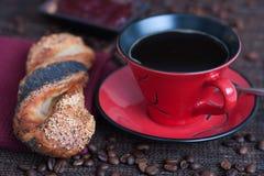 Petit pain avec des graines à côté de tasse de café images libres de droits