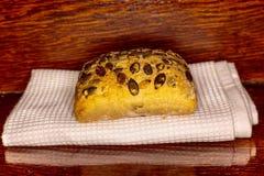 Petit pain avec des graines de tournesol sur en bois Image libre de droits
