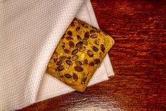 Petit pain avec des graines de tournesol sur en bois Images stock