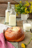 Petit pain avec du beurre et le lait Petit déjeuner dans le style rustique F sélectif Images libres de droits