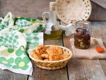 Petit pain avec du beurre et le lait Petit déjeuner dans le style rustique F sélectif Photographie stock libre de droits