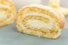 Petit pain avec du lait crème et le chocolat blanc Photos libres de droits