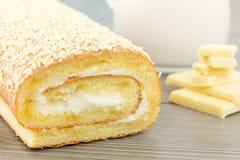 Petit pain avec du lait crème et le chocolat blanc Photo libre de droits