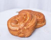 Petit pain avec du sucre et la cannelle Photos libres de droits