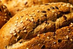 Petit pain avec haut étroit des graines de sésame image stock