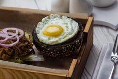 Petit pain avec l'oeuf au plat, la viande et les légumes images stock