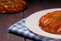 Petit pain avec la confiture de kiwi du plat blanc Photographie stock