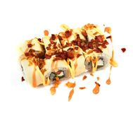 Petit pain avec la crêpe et le lard frit avec de la sauce sur un fond blanc Nourriture japonaise photographie stock