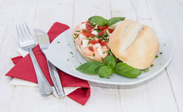 Petit pain avec la crème faite maison de mozzarella Photographie stock libre de droits