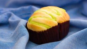 Petit pain avec la suffisance verte de crème anglaise sur le dessus photo libre de droits