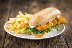 Petit pain avec les bâtons de poissons frits et le x28 ; shot& en gros plan x29 ; Photos libres de droits