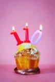 Petit pain avec les bougies brûlantes d'anniversaire comme numéro cent dix Photos libres de droits