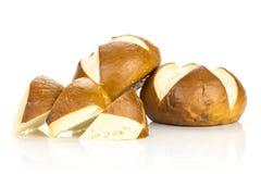 Petit pain bavarois frais de pain d'isolement sur le blanc images libres de droits