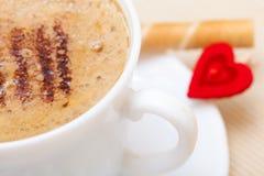 Petit pain blanc de gaufre de coffe de tasse avec le coeur crème. Le jour de valentine d'amour Photos stock