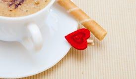 Petit pain blanc de gaufre de coffe de tasse avec le coeur crème. Le jour de valentine d'amour Image stock