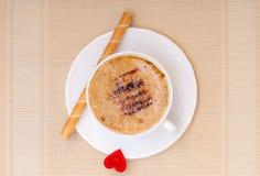 Petit pain blanc de gaufre de coffe de tasse avec le coeur crème. Le jour de valentine d'amour Image libre de droits