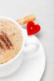Petit pain blanc de gaufre de coffe de tasse avec le coeur crème. Le jour de valentine d'amour Photographie stock