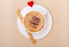 Petit pain blanc de gaufre de coffe de tasse avec le coeur crème. Le jour de valentine d'amour Photo stock