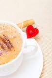 Petit pain blanc de gaufre de coffe de tasse avec le coeur crème. Le jour de valentine d'amour Images stock