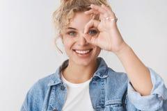 Petit pain bouclé de sourire heureux amical de charme de coupe de cheveux de femme blonde de Scandinave, yeux bleus grimaçant l'e photographie stock