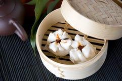 Petit pain chinois dans le plateau en bambou Photos stock