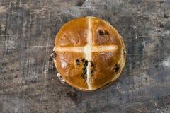 Petit pain croisé chaud de Pâques Images libres de droits